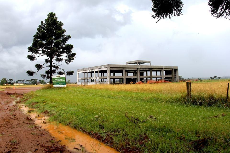 Construção da sede própria do Campus. Data: 2015.