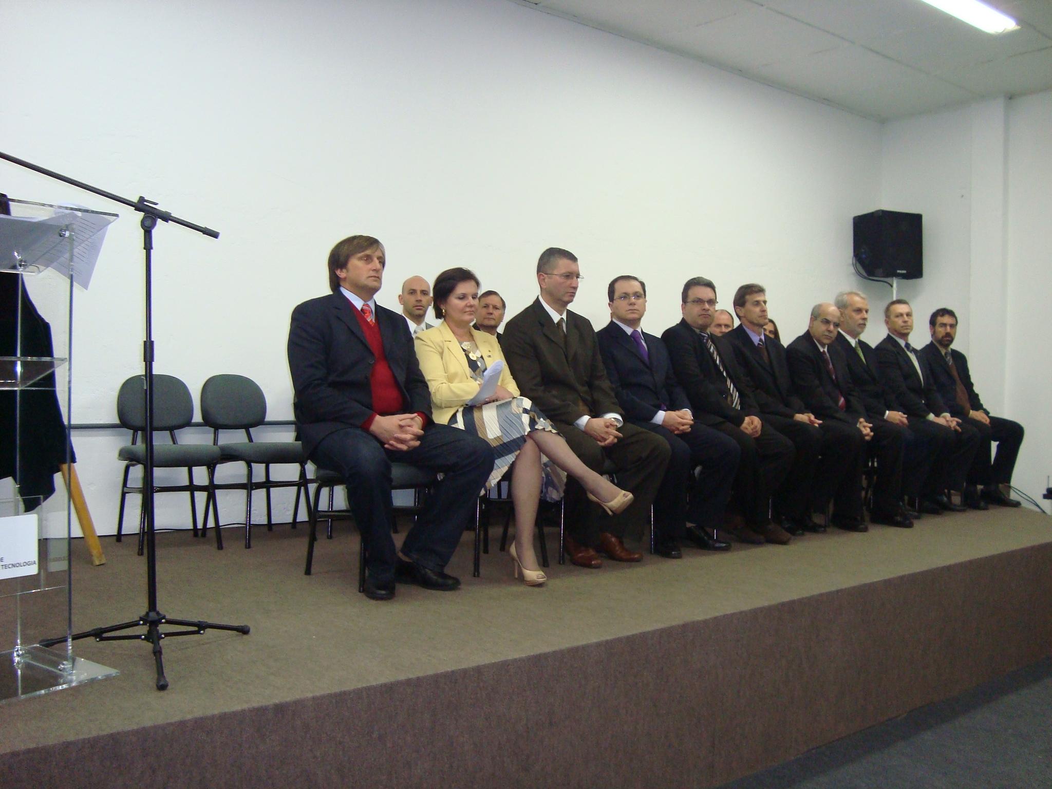 A reitora Claúdia Schiedeck junto com os pró-reitores durante a cerimônia.