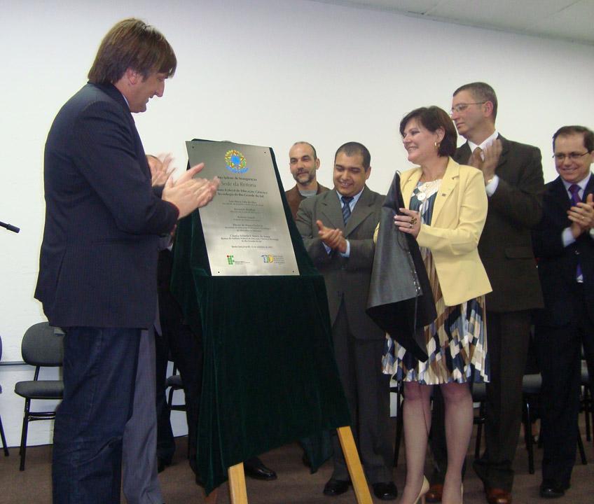 O ex-prefeito de Bento Gonçalves Roberto Lunelli junto com a reitora Claúdia Schiedeck na cerimônia de inauguração da Reitoria.