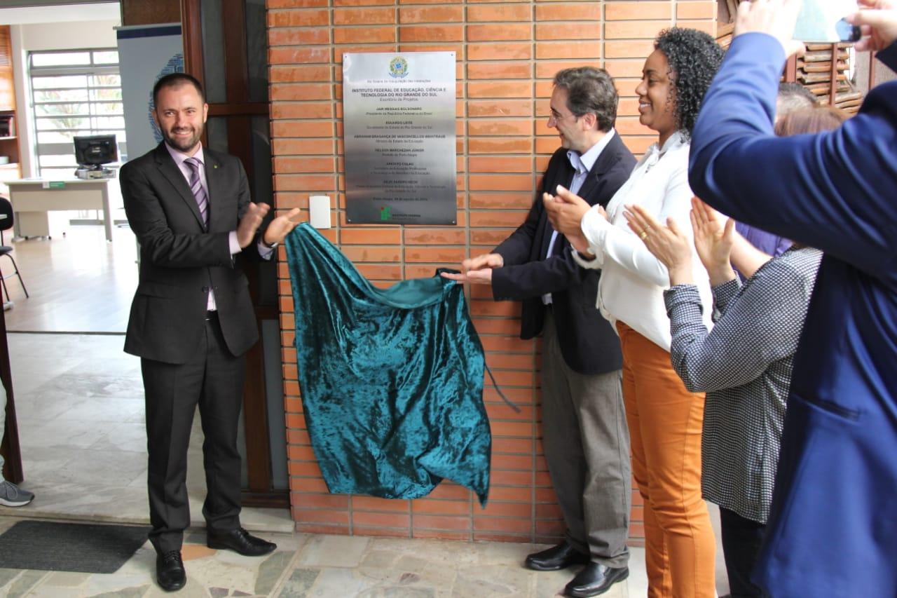 O Reitor Júlio Xandro Hech e o coordenador do Escritório de Projetos, Anderson Ricardo Yanzer Cabral